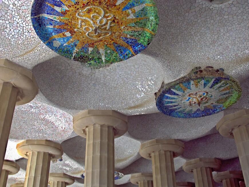 Потолок в Галерее. Гауди  использовал битую посуду