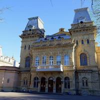Здание филармонии -памятник архитектуры XIX века напомнит сказочный замок. Оно построено в 1895 году по проекту бельгийского архитектора . Во внешнем облике и внутренних интерьерах присутствуют элементы французского неоренессанса.