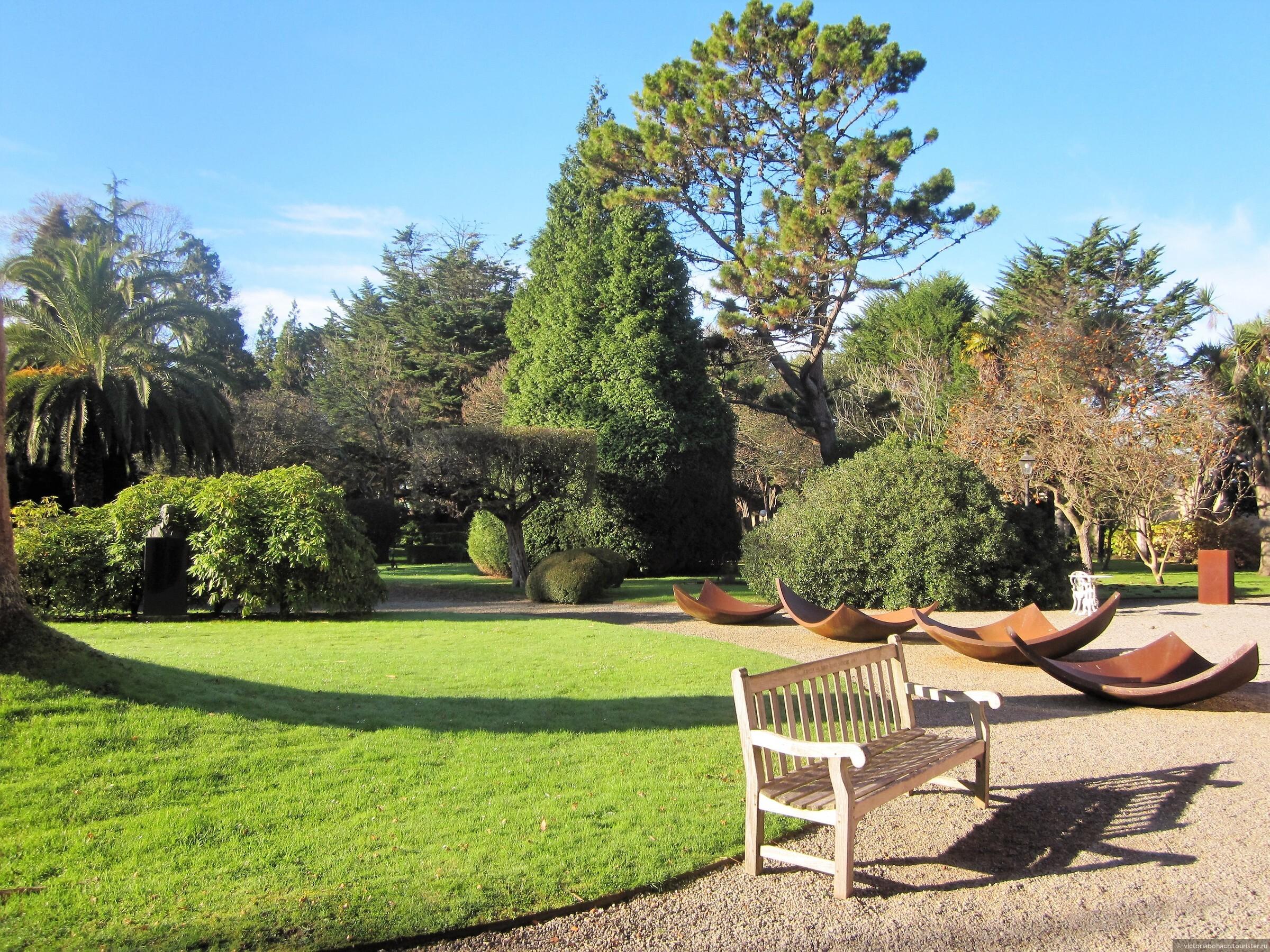 эти фотографии сделаны в середине декабря, но переносят в  летне-весеннюю атмосферу, ведь практически весь парк из вечнозеленых деревьев и выглядит одинаково в любое время года., Усадьба - музей Эваристо Вайе в Хихоне