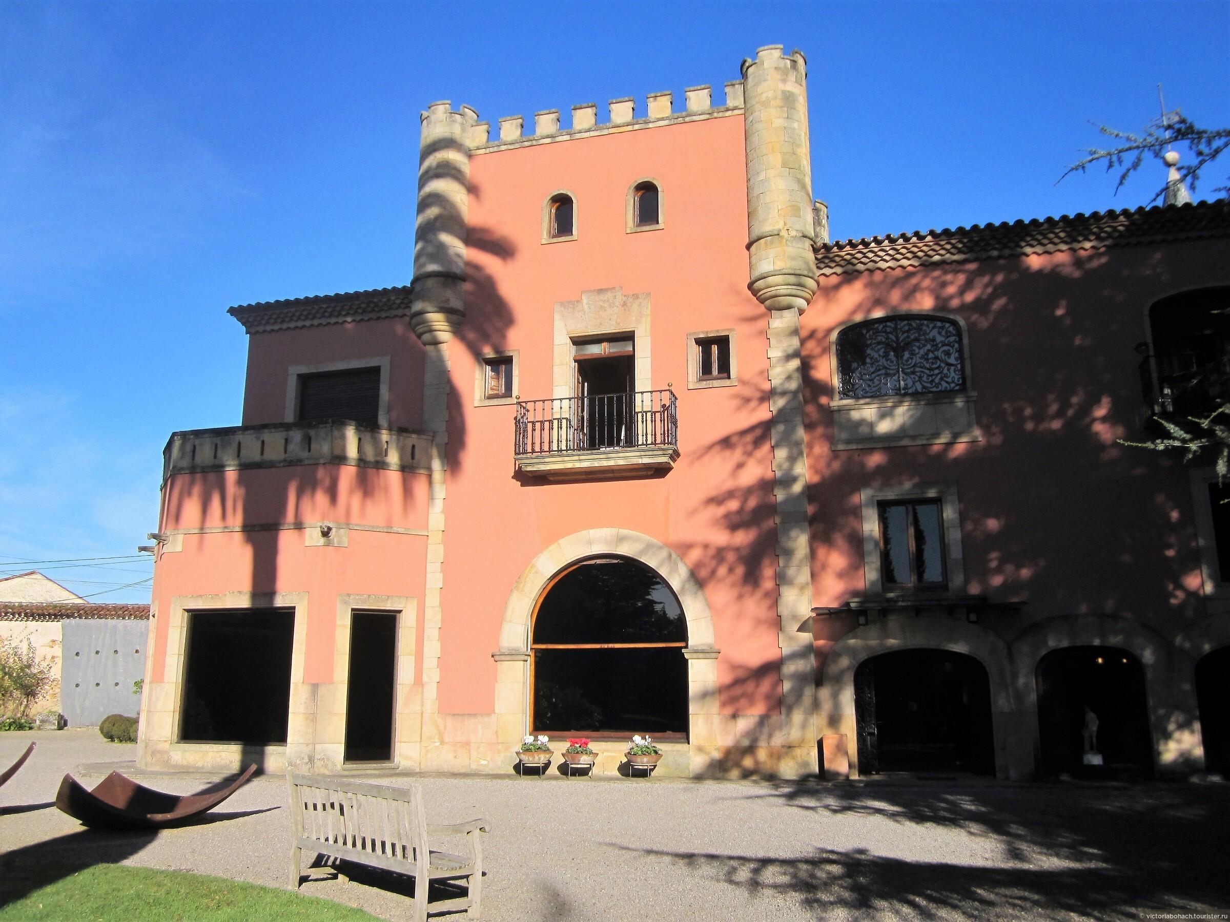 центральный вход в усадьбу, Усадьба - музей Эваристо Вайе в Хихоне
