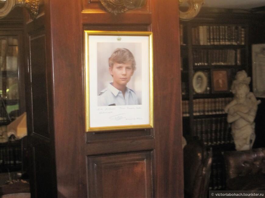 это портрет нынешнего короля Испании Фелипа VI, еще будучи принцем, в совсем юном возрасте он посетил этот музей и оставил свой автограф.