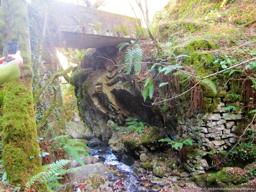несколько раз нам встречались такие мостики через горные речки