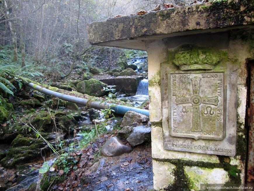 минеральная вода транспортируется на фабрику, а на компрессорной будке не что нибудь, а герб Астурии.