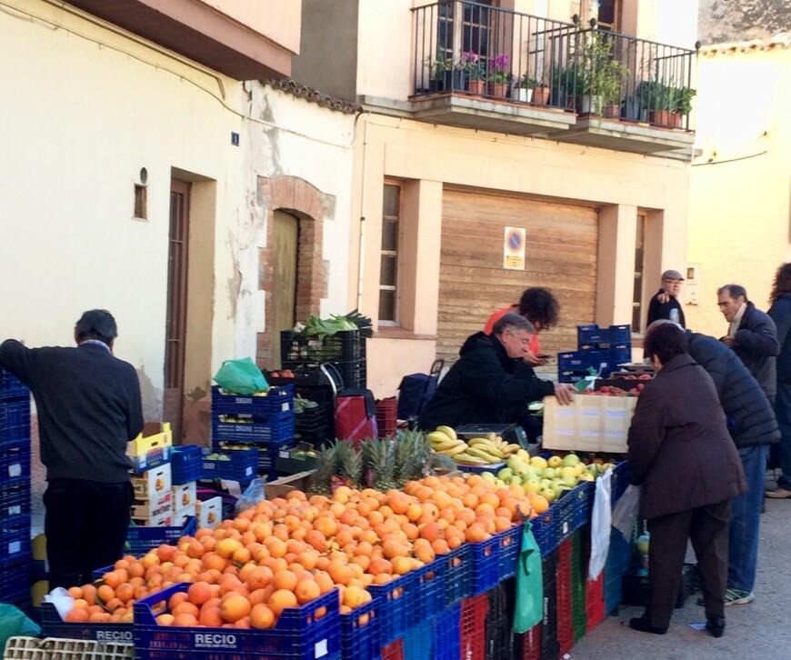 Буквально за главной улицей развернулся вот такой рынок. По 1 евро за 2 кг мандаринов.