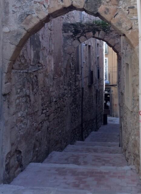 А вообще, мне показалось, что весь город состоит из вот таких улиц-арок с лестницами.   Также в городе есть рыночная площадь с ратушей и фонтаном, дом Жоза и еще множество всего.   Ну а я вернулась в старый город от площади Франциска, дошла до ворот Бове и уехала в Таррагону.