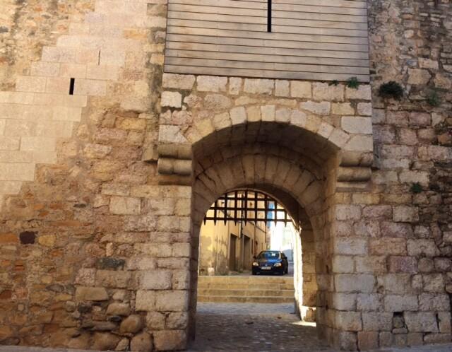 По преданию, у этих ворот Георгий Победоносец сражался с драконом.