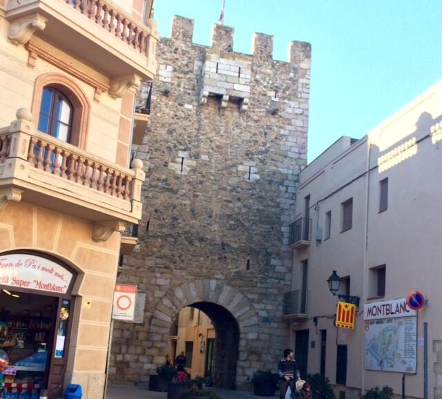 Остановку в городе Монблан автобус делает на Carrer Muralla de Santa Tecla. Вот у этих ворот - Бове. С них-то я и начала свою прогулку. Первом делом, побежала смотреть церковь Богоматери - главный собор города.