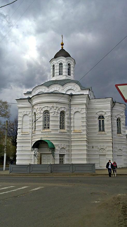 На пересечении с Пятницкой улицей - Церковь Смоленской иконы Божией Матери.