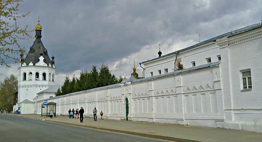 Наш путь лежал по улице Симановского мимо стен Богоявленско-Анастасииновского монастыря.