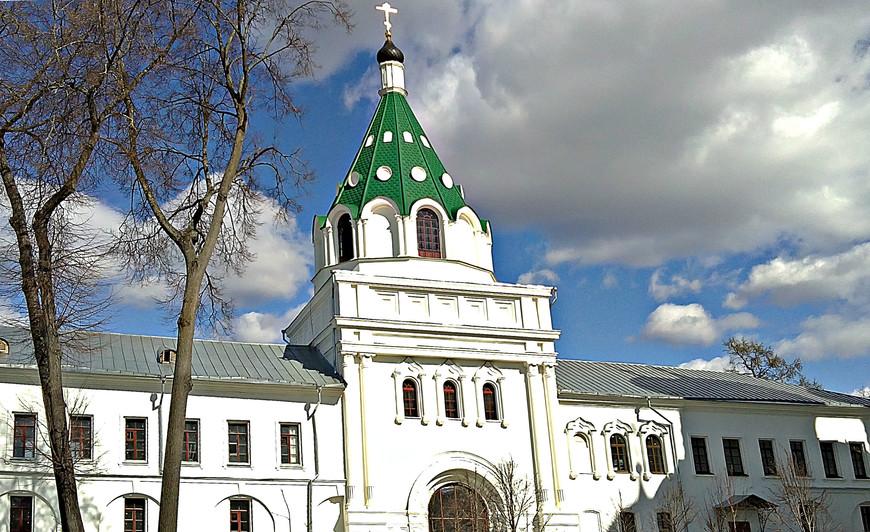 Святые ворота с надвратной церковью Хрисанфа и Дарии.