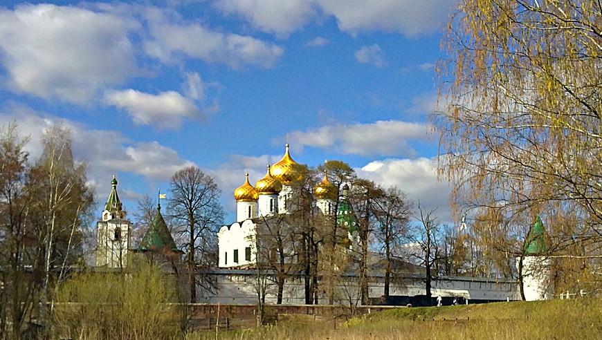 """""""Костромская слобода"""" располагается у стен старинного Свято-Троицкого Ипатьевского монастыря, куда мы и направились по завершении экскурсии."""