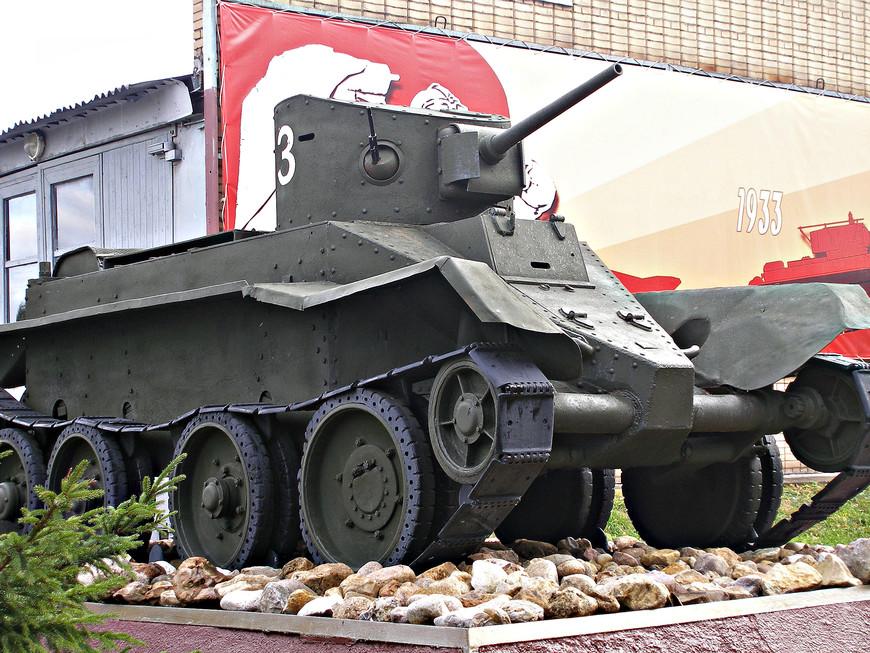 Легкий советский танк БТ-2 (1932 г.).