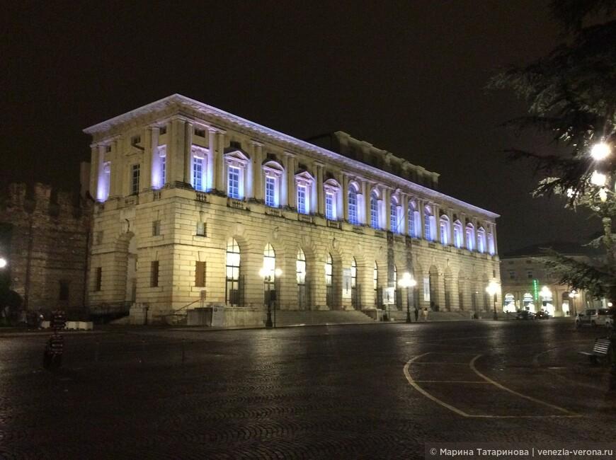 Дворцы Вероны на центральной площади Бра