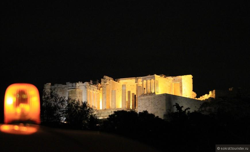 Возводя ансамбль зданий на Акрополе, античные зодчие учитывали игру света. Современный человек добавил и свой штрих в эту волшебную картину.