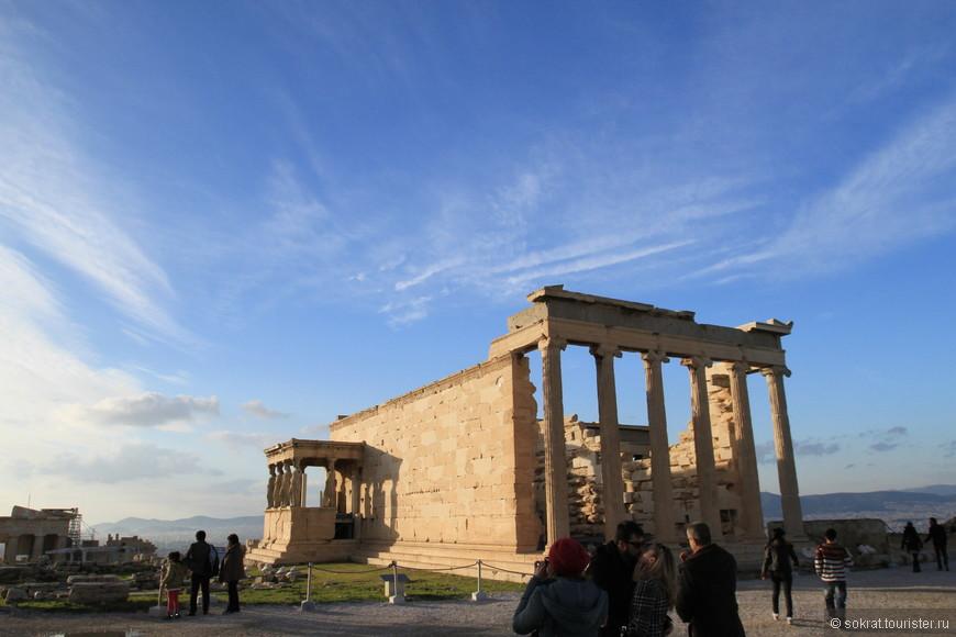 Лишь зимой, когда на бездонном греческом небе появляются долгожданные облака, фотограф сможет запечатлеть потрясающую встроинность ансамбля зданий в перспективу окружающего ландшафта.