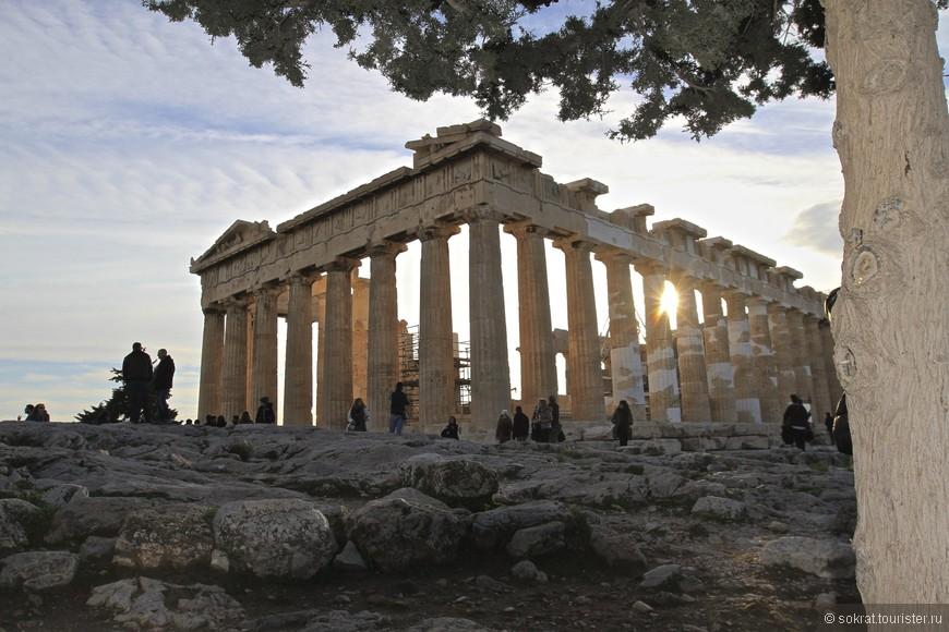 Сияние богини Афины сквозь время, пространство и мрамор дорической колонады.