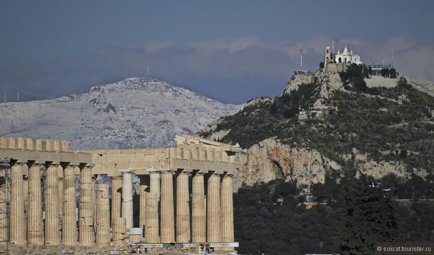 """То есть изначально мы видим, что Акрополь это далеко не случайный холм, он не """"один из многих"""". Тем более что неподалеку находиться не менее удобный Ликавитос (277 метров над уровнем моря). Теоретически его можно было бы выбрать для строительства крепости, также стесав верхушку. Но божественное провидение указало на Акрополь. Археология говорит нам, что первые поселения, судя по обнаруженным керамическим осколкам, датируется седьмым тысячелетием до нашей эры. Девять тысяч лет не могут быть случайностью!"""