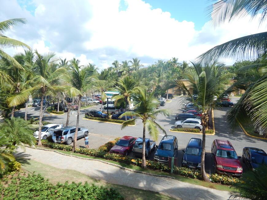 Рядом парковка,на выходные в отель приезжает много местных туристов.Здесь же можно поставить машину,взятую в аренду.За парковкой расположены теннисные корты,футбольное поле,баскетбольная площадка и поле для мини-гольфа.