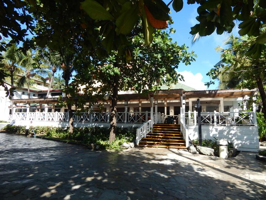 Основной ресторан отеля,помимо него есть ещё три ресторана по меню-Доминиканский,Мексиканский и Итальянский.В них нужно записываться заранее на ресепшен.