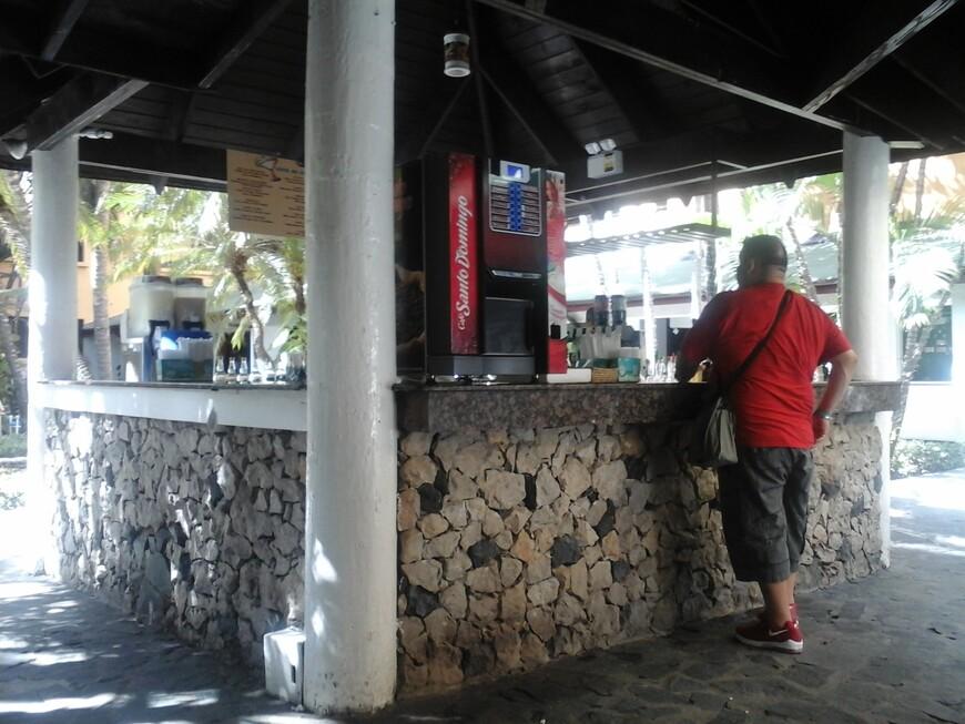 Прямо на выходе с ресепшена,ещё не доходя до ресторана расположен бар ,где можно за столиками выпить кофе ,пиво или другой алкогольный напиток.