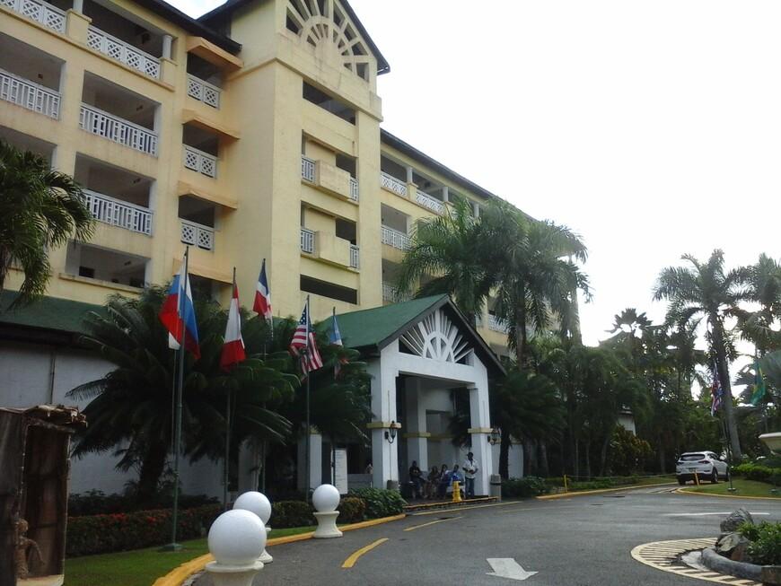 Отель 3 *,состоит из нескольких корпусов,на фото главный корпус,жить в нём немного шумно,слышна музыка и веселье.