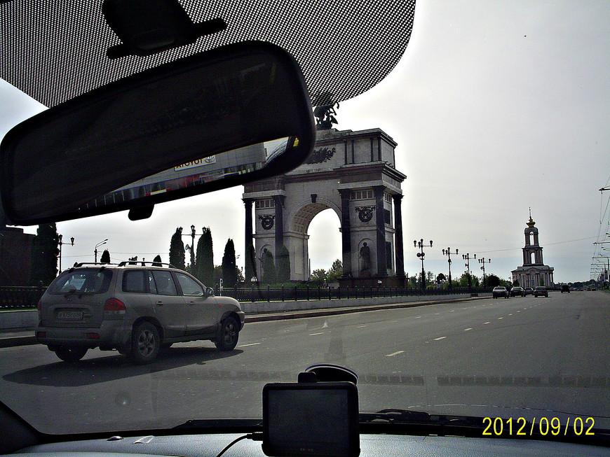Въезжаем в Курск. Триумфальная арка в честь 40-летия Курской битвы