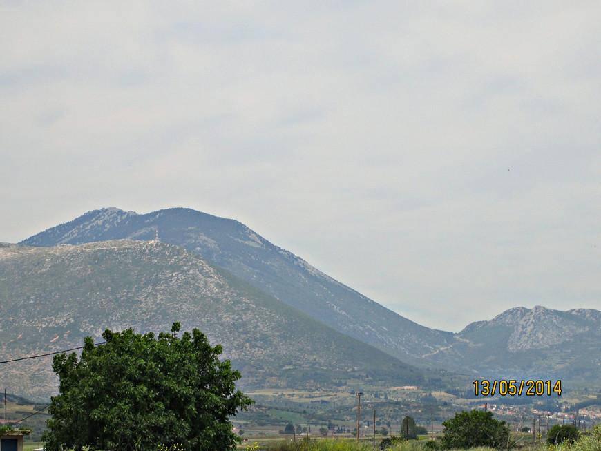 Оно не пользуется особенным вниманием туристов. Здесь тихо и безлюдно. Обычный беотийский пейзаж: горы на горизонте...