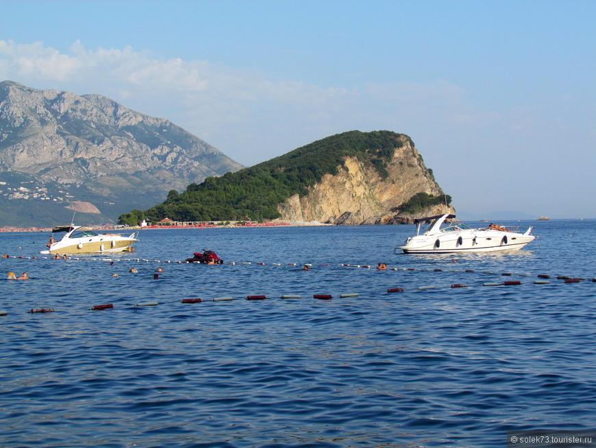 Со всех сторон просматривается остров Святого Николая. За 3 евро можно прокатится  туда на катере. Пляжи там галечные, но так же как и во всей Будве очень многолюдно.