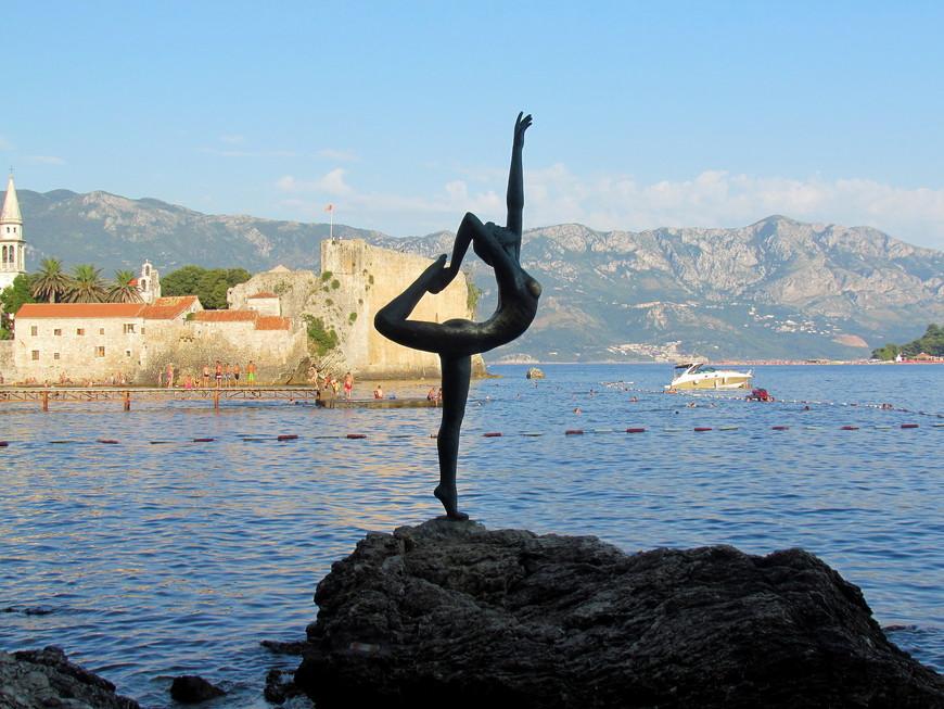 Самый романтичный монумент в Будве. Статуя  танцовщицы, балерины, гимнастки. Как кому нравится. А на самом деле , это скульптура о любви девушки из Будвы к матросу.
