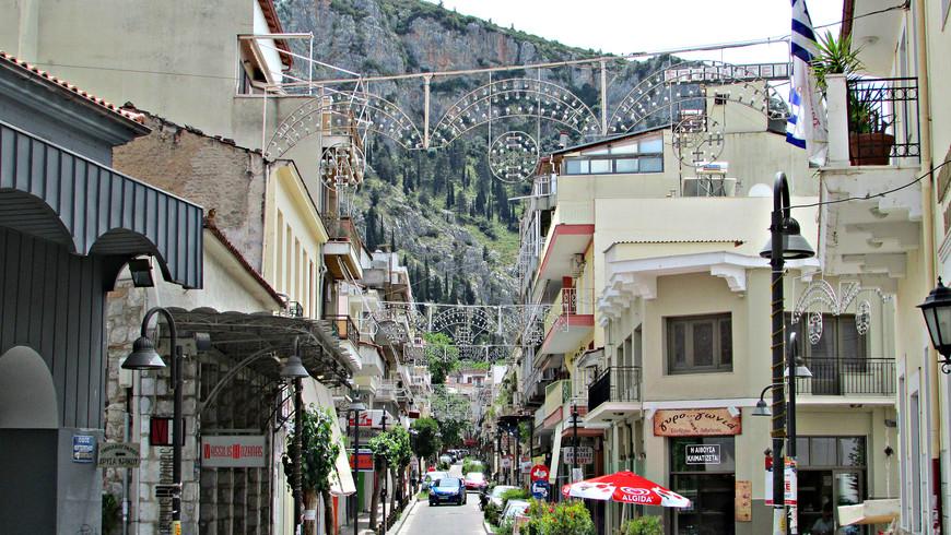 Город расположен на самой окраине Беотии, в месте, где равнина сменяется горами. Многие переулки понимаются круто вверх, карабкаясь по отрогам Парнаса. Следуя избранному направлению, мы не стали в них углубляться.