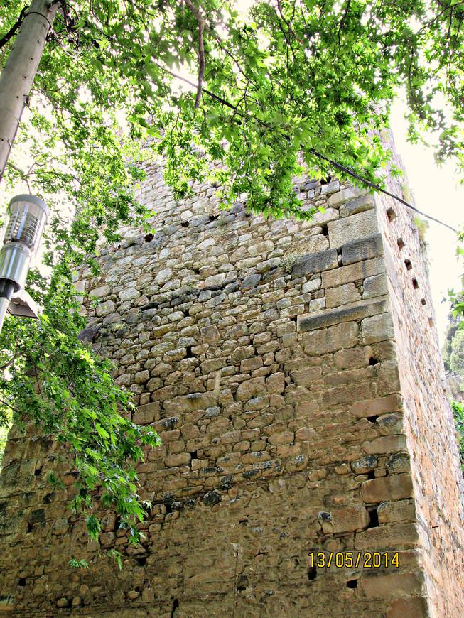 Справа от ручья высится мощная башня, возведенная в XIV веке каталонцами из античных блоков – память о средневековой поре, когда Левадия была военной столицей  Афинского герцогства.