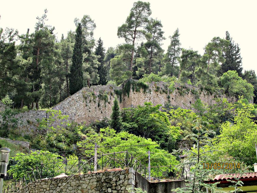 Вверх по скале уходит стена замка, также построенного каталонцами. Поднимаясь дальше в гору,  можно было добраться до места, где располагалось древнее прорицалище. В путеводителе говорится, что там есть часовни, и с горы открывается прекрасный вид на город. Увы, если бы мы знали тогда, что музей в Фивах окажется закрытым на ремонт… Мы бы, конечно, дошли до конца, и наше воспоминание о Левадии было бы еще ярче (я сужу по фотографиям, которые позже нашел в интернете). Но и так мы вполне ощутили очарование этого места. Я не могу утверждать, что Левадия это тот город, который обязательно надо посетить, но уверен что  равнодушным она не оставит никого…