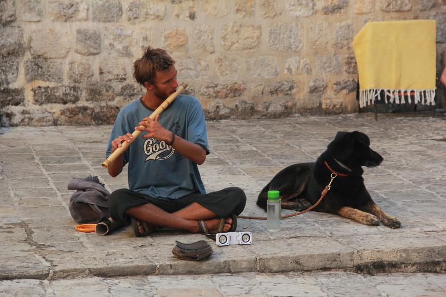 Уличные музыканты  на улицах Старой Будвы