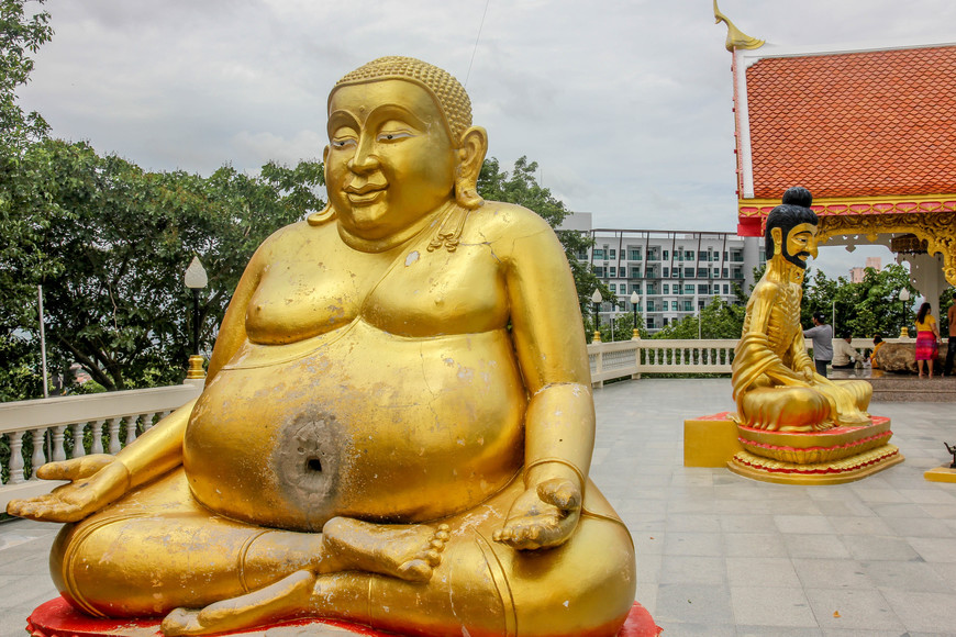 Wat Phra Yai Парк на горе в центре Паттаи.