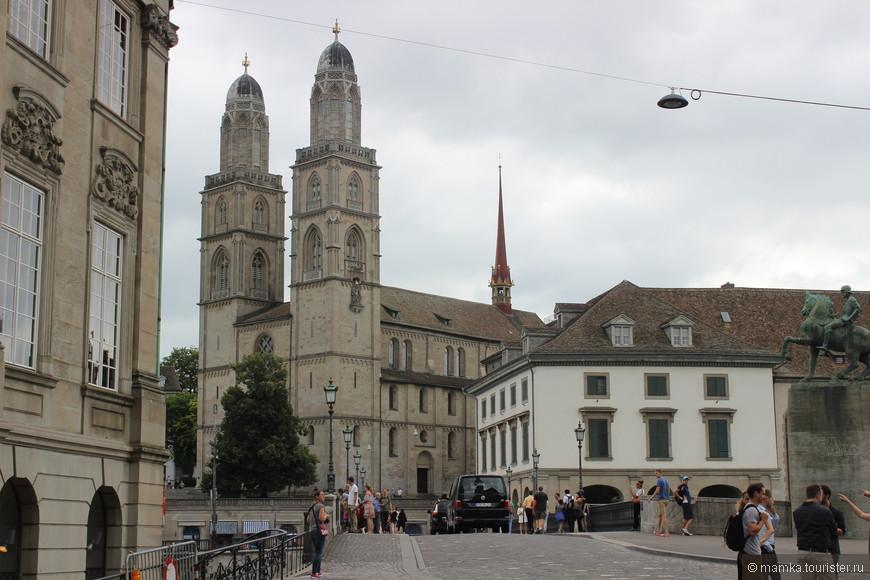 Главная церковь Цюриха — его символ — Гроссмюнстер. Гроссмюнстер был изначально мужским монастырем, а позже превратился в центр швейцарской реформации, которую возглавлял Ульрих Цвингли