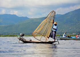 Знаменитый Инлевский брэнд - рыбак со своим необычным неводом
