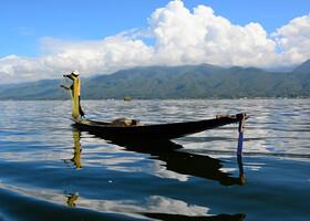Красивый рыбак и симпатичное его отражение в набежавшей волне