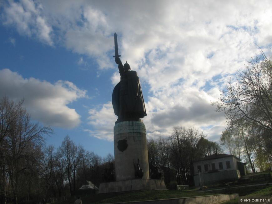 В Окском парке у смотровой площадки располагается памятник Илье Муромцу — одна из самых заметных достопримечательностей Мурома.