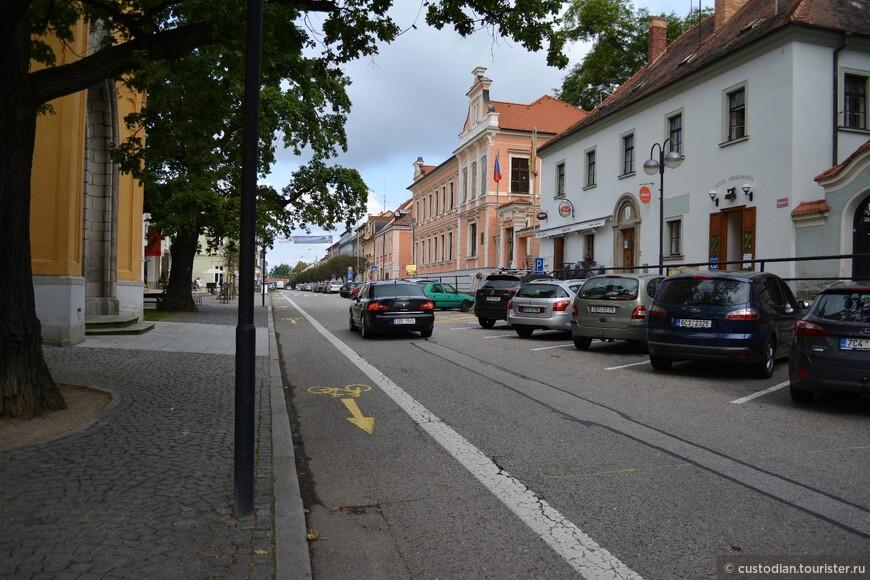 В начале замок назывался по-чешски Глубока, от глухого леса, окружавшего замковую гору, а местечко вокруг него - Подгради. Только в 1885 город был переименован в Глубока-над-Влтавой (Википедия).