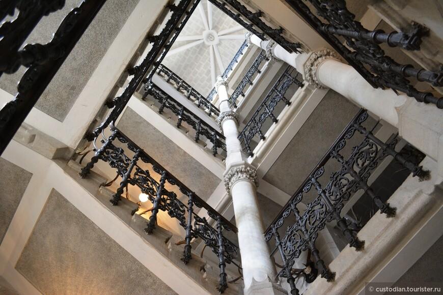 Подъем на башню - 245 ступеней. Высота башни - 52 метра. Сверху открываются очень живописные виды.