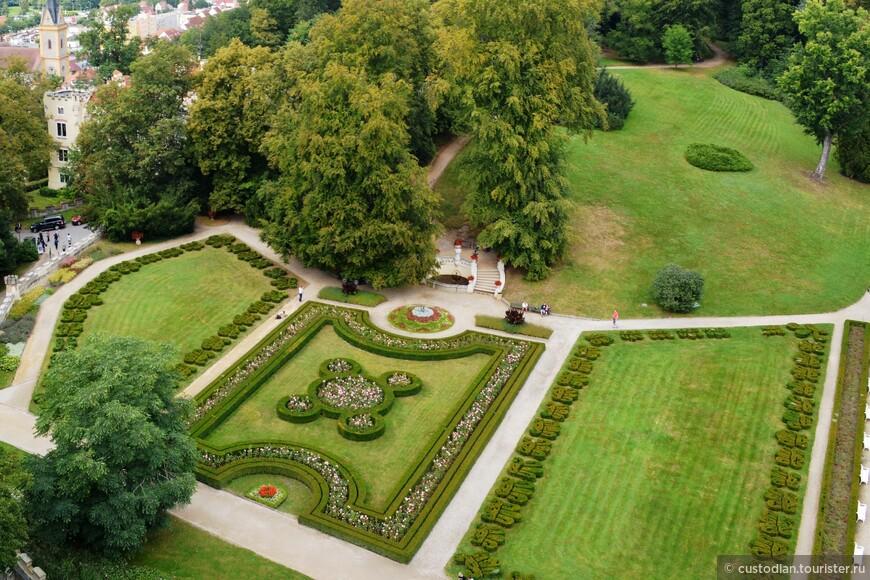 Напротив замка разбит сад в английском стиле