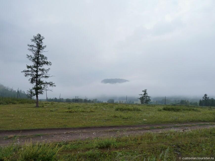 Утренний туман окутал гору - видна только вершина.