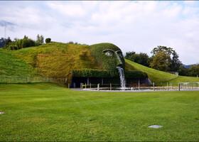 Голова Великана, внутри которой расположен вход в подземный музей.