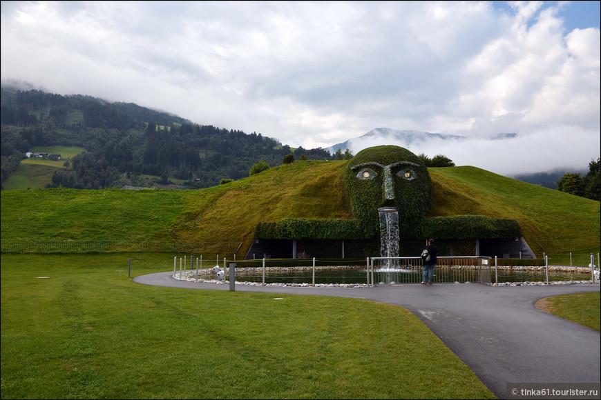 Изюминкой комплекса несомненно является огромная голова великана, словно прилегшего отдохнуть среди альпийских гор, внутри которой и скрываются сверкающие кристаллами Сваровски 16 тематических Комнат чудес.