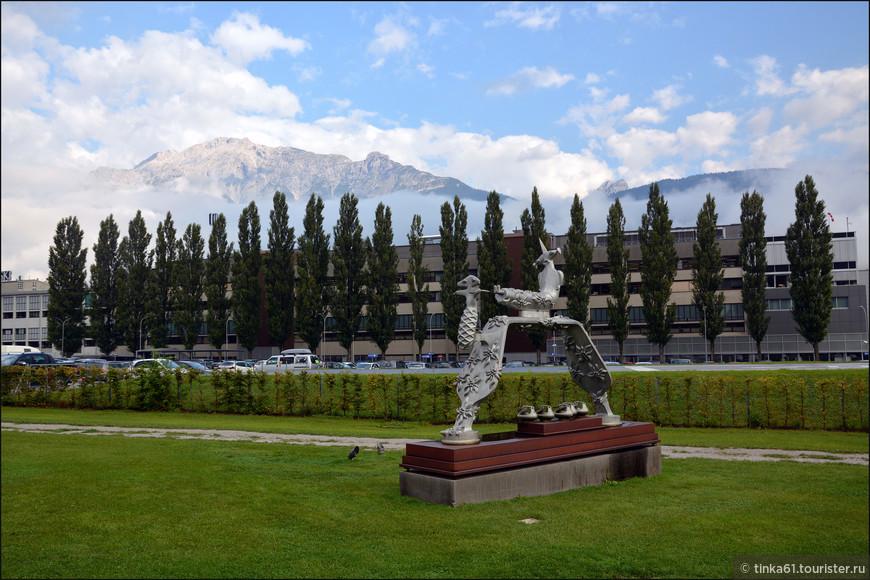 В саду встречаются всякие-разные футуристические скульптуры.