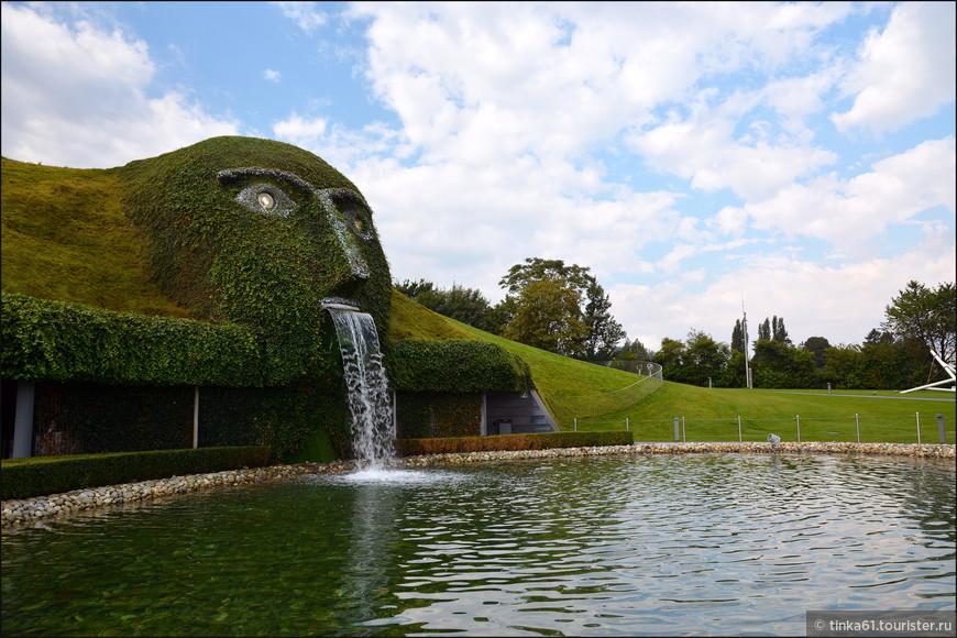 Голова великана представляет собой огромный земляной холм и находится прямо над входом в «пещеру сокровищ», глаза его сверкают двумя огромными зелеными кристаллами, из кристального рта водопадом льется вода.