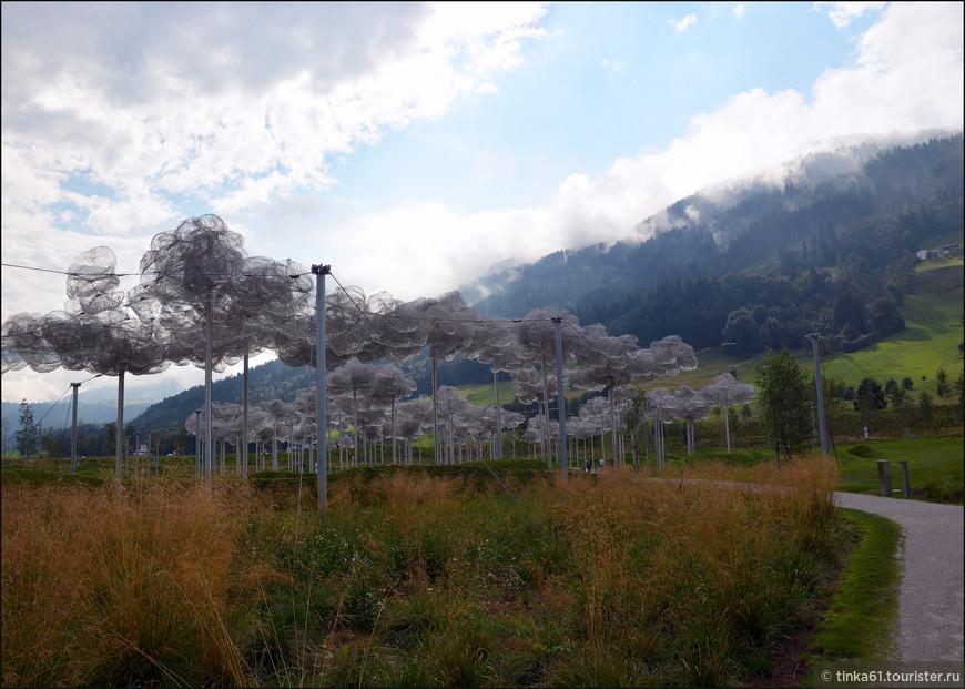 А вот уже на горизонте появилась самая красивая инсталляция музея, Хрустальные облака.