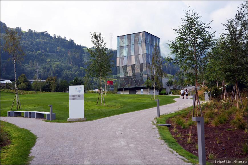 Игровая башня, где на каждом этаже устроены различные аттракционы  и игровые комнаты для детей.