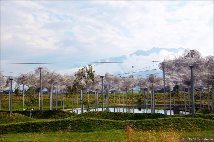 В центре композиции нового сада расположены уникальные хрустальные облака, состоящие из 800000 вручную зафиксированных кристаллов Сваровски. Эта монументальная инсталляция была создана дизайнерами Andy Cao и Xavier Perrot и сразу же стала сердцем всего ландшафтного комплекса.