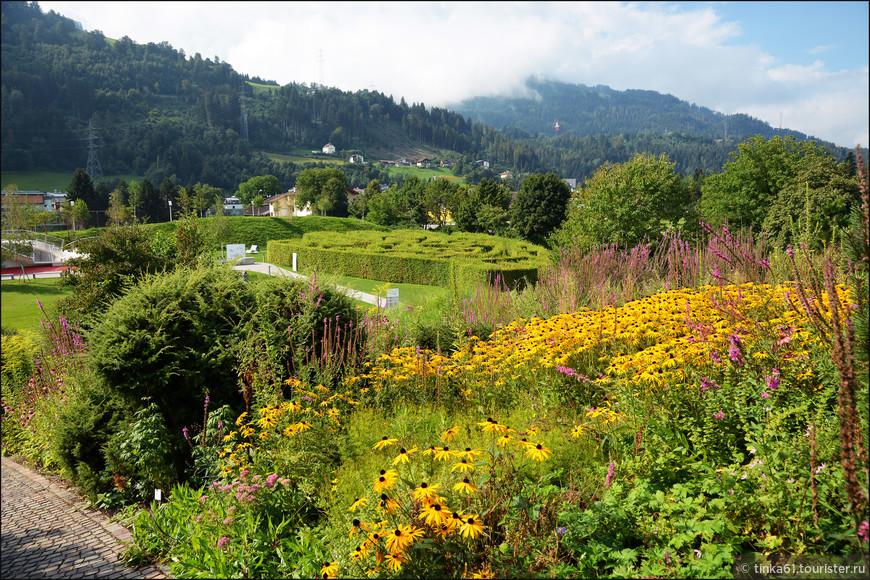 Альпийский сад воссоздан из природных растений данной местности и удивительно вписывается в ландшафт, сохраняя пропорции и не теряясь на такой огромной территории.